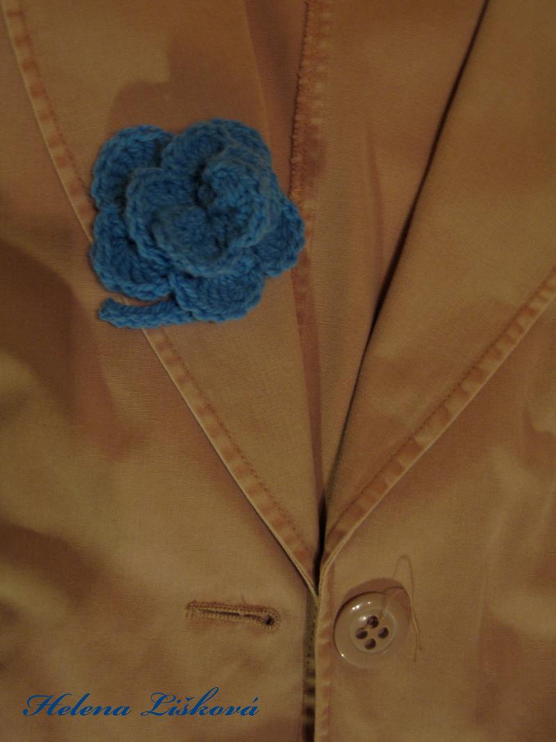 modrá růžička na saku